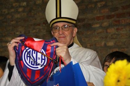 Jorge Bergoglio, papa Francisco, ostenta el banderín del Club Atlético San Lorenzo de Almagro